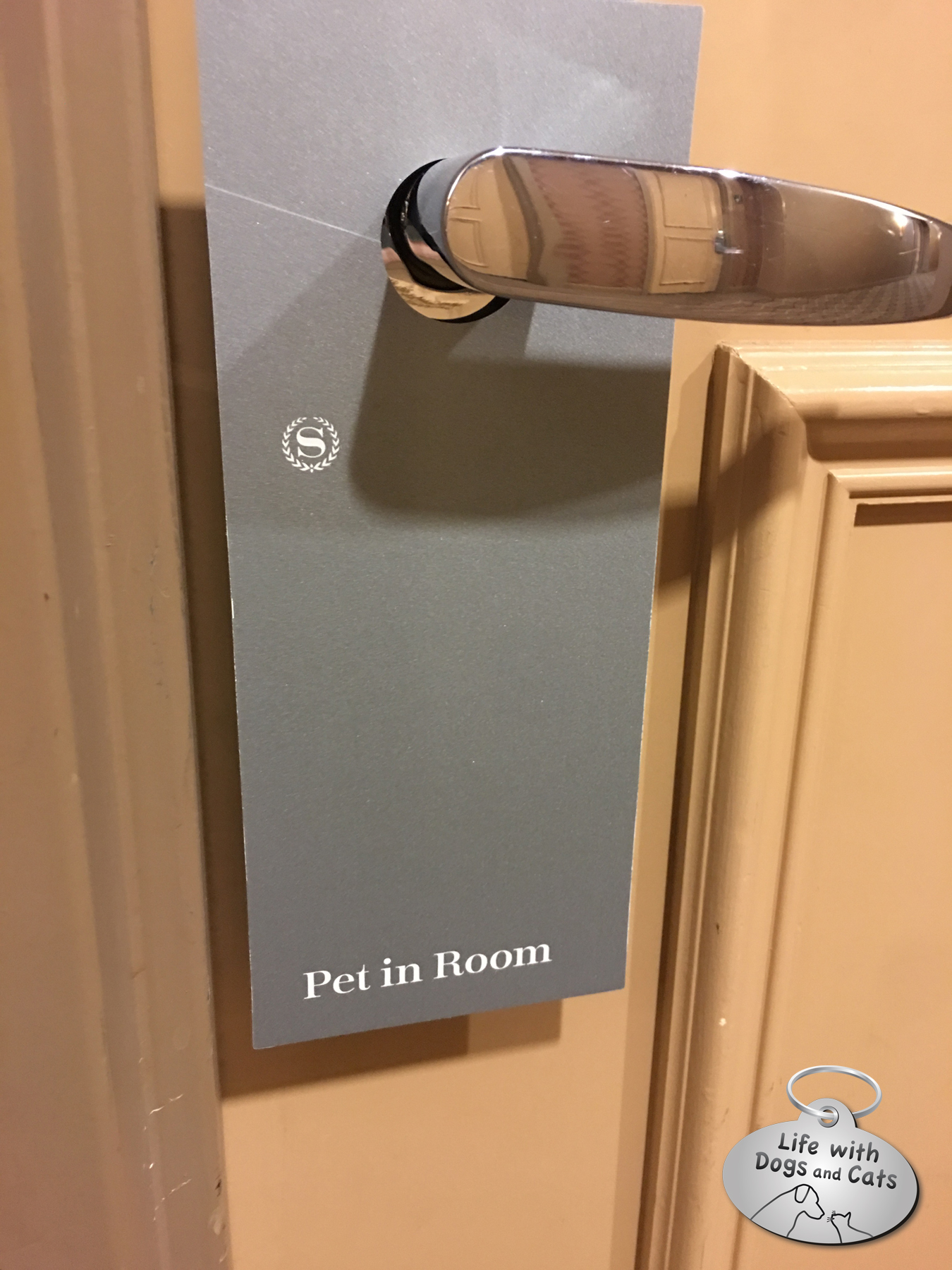 Pets in room doorhanger BlowPaws